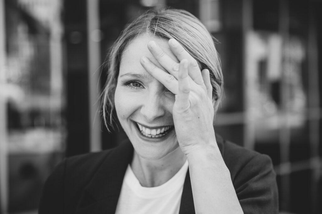 Julia Gruber lacht
