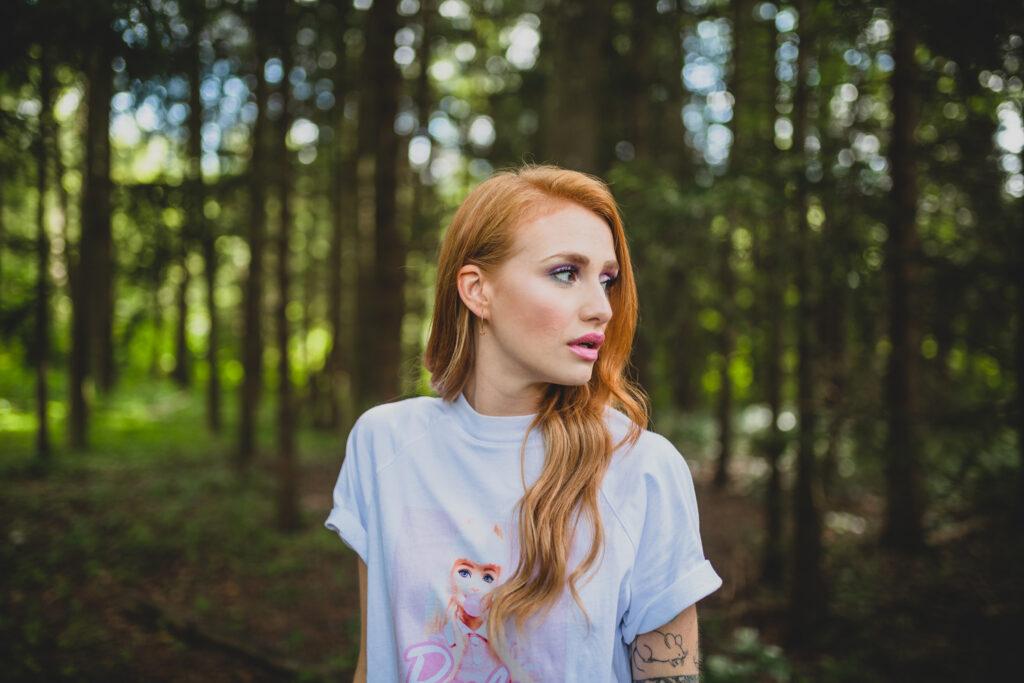 Musikerin im Wald