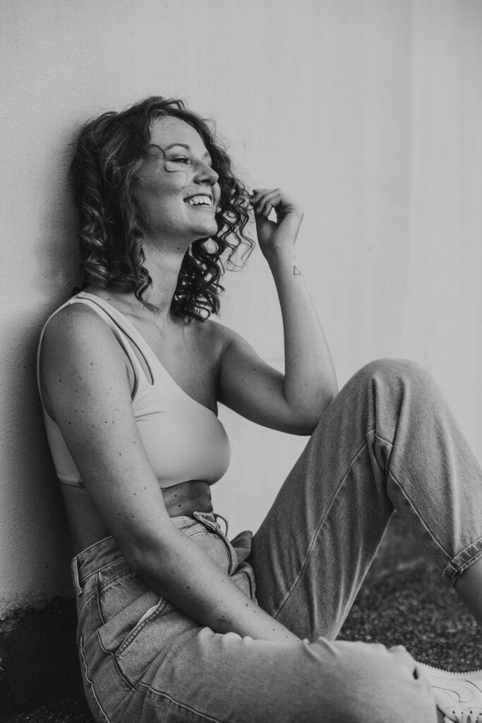 lachende Frau schwarz weiss portrait